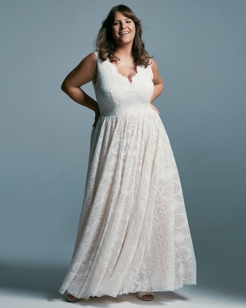Suknia ślubna plus size o najmodniejszym kroju księżniczki. Pięknie pracuje w ruchu. Stonowane wzory, pięknie wykończony głęboki dekolt, szerokie ramiączka.