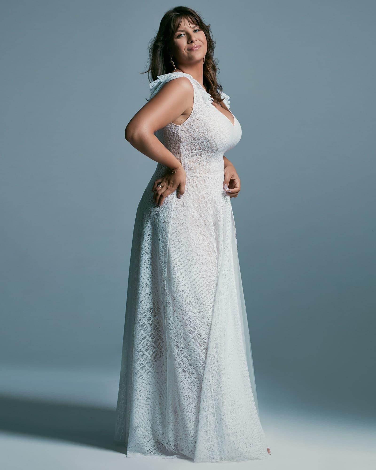 Rustykalna suknia ślubna plus size - niezwykle zwiewna z koronki o nieoczywistym, nieregularnym wzorem. Pięknie wykończone ramiączka - motylkami odwracającymi uwagę od ramion