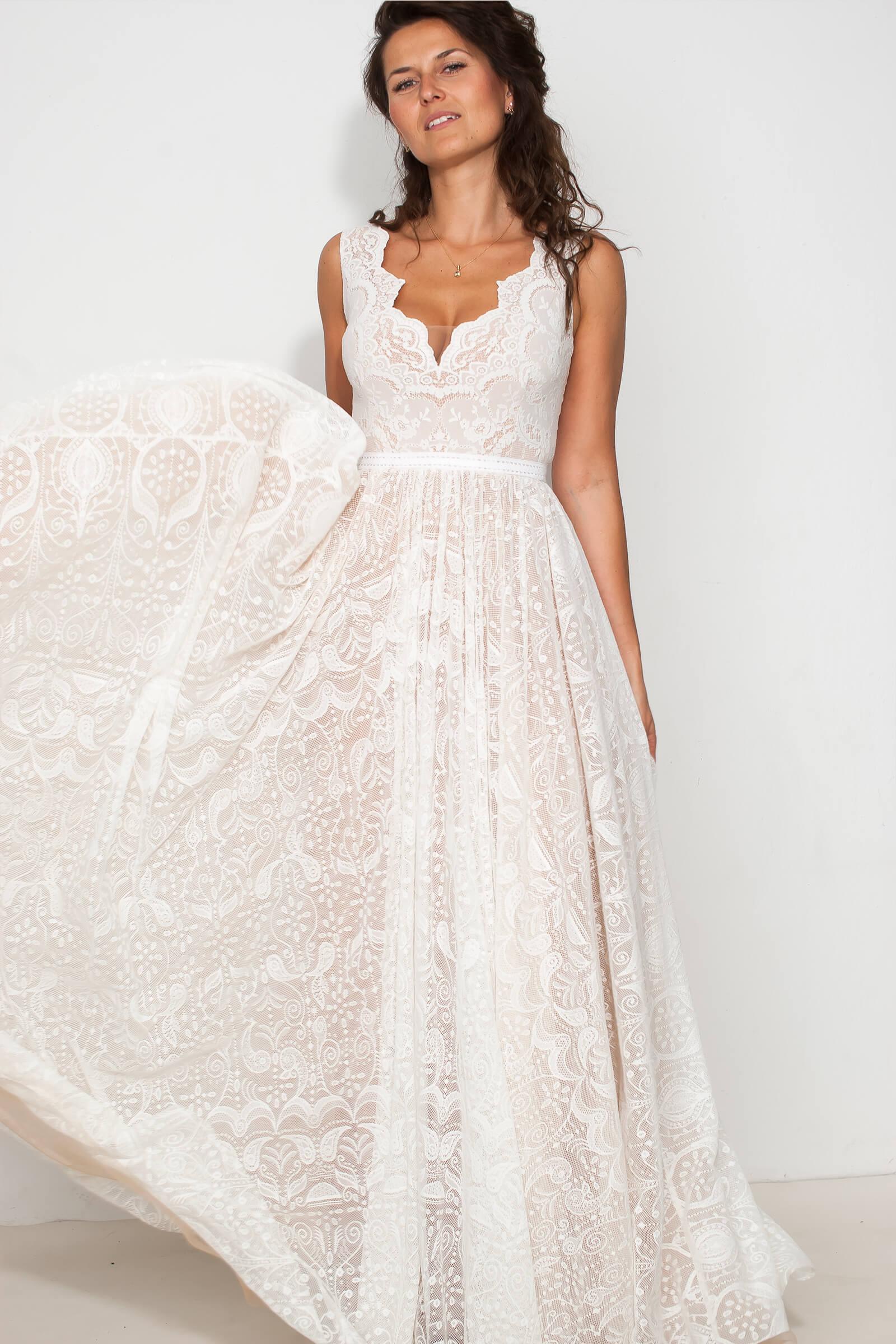 Piękna suknia ślubna z szerokimi ramiączkami.