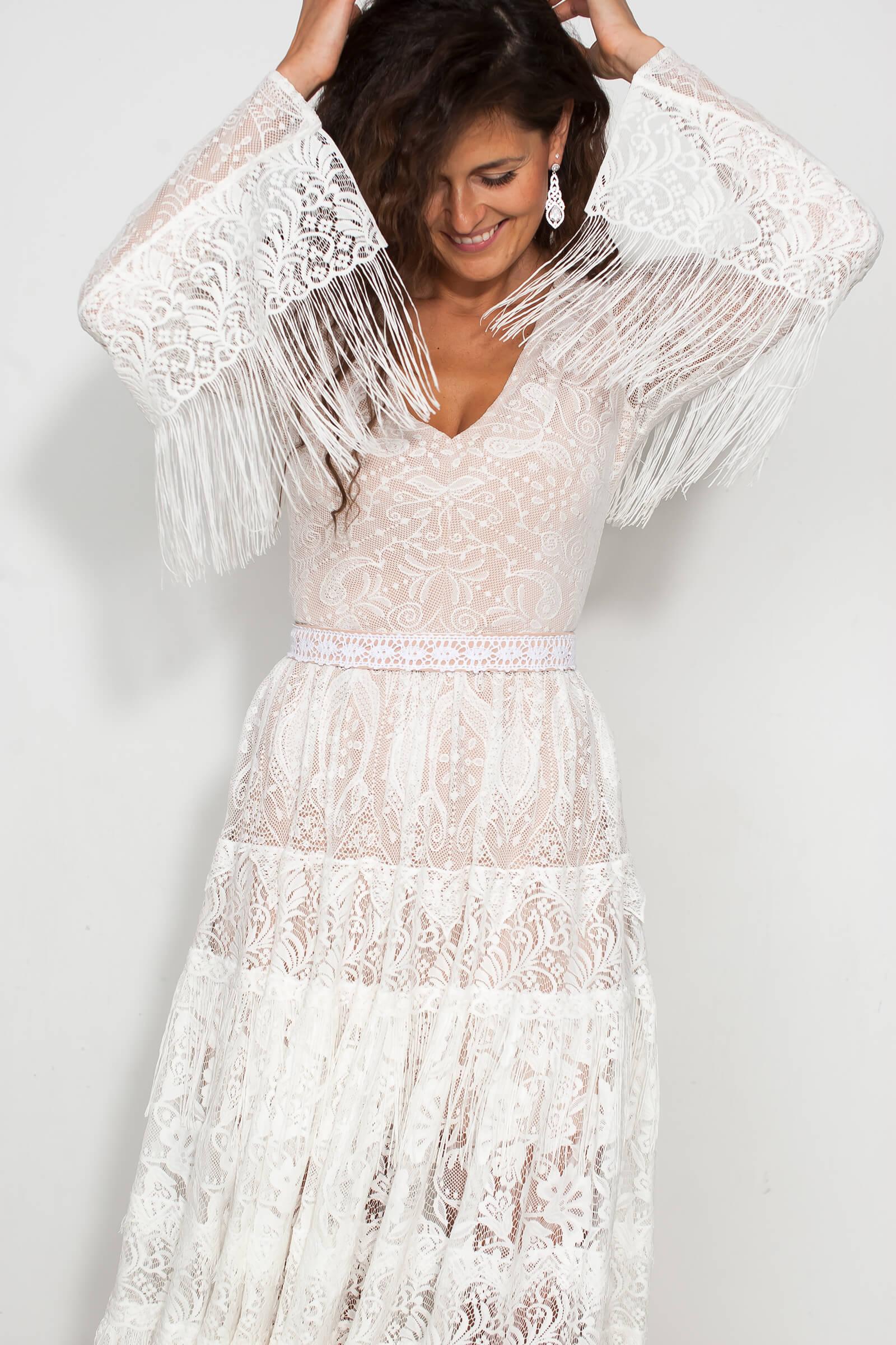 Suknia ślubna z rękaweb i bogatymi zdobieniami w stylu boho