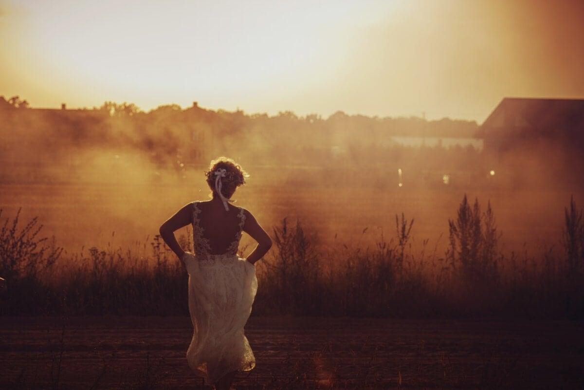 eteryczna rustykalna suknia ślubna