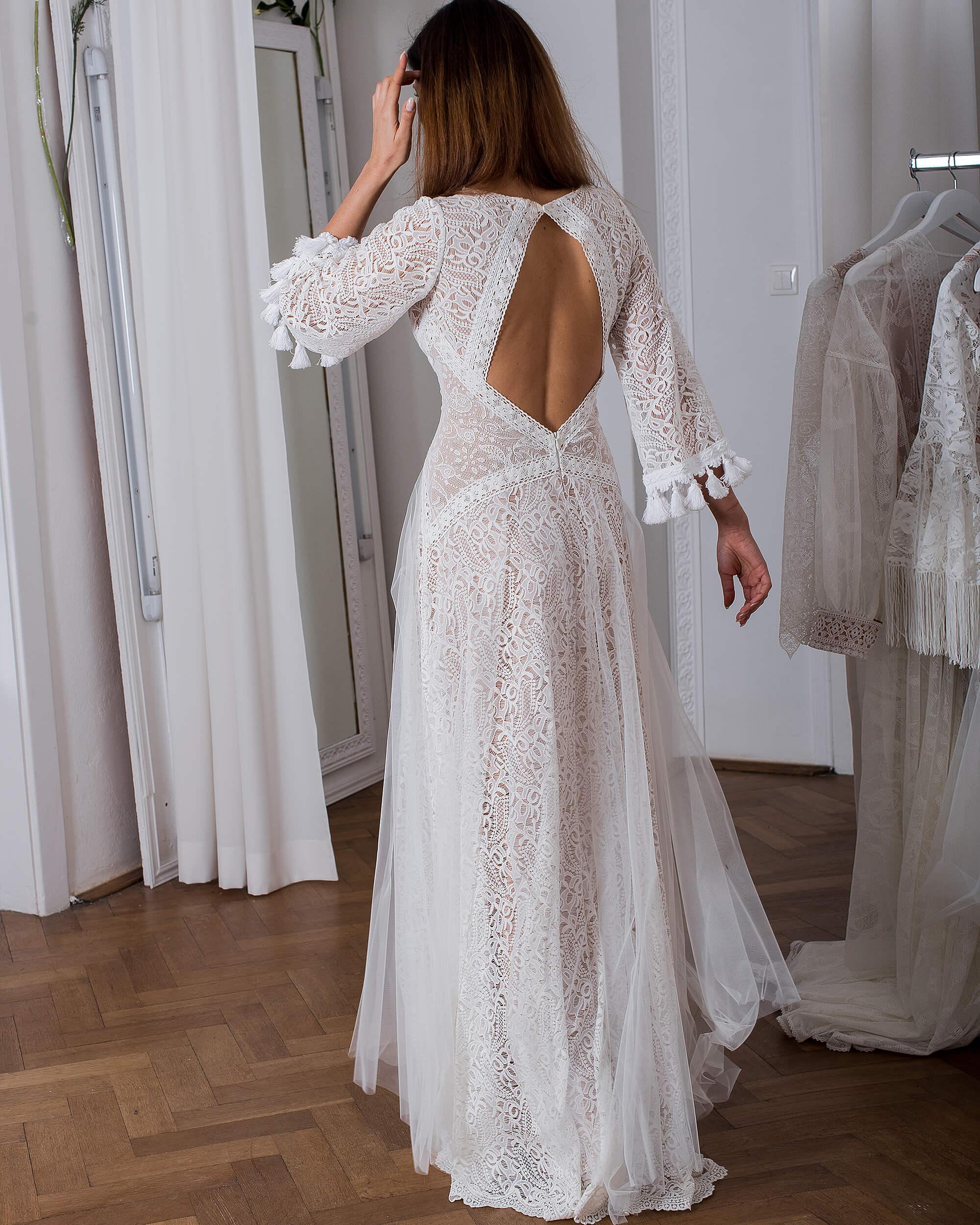 Nietypowa koronkowa suknia ślubna pięknie wykończona dodatkami