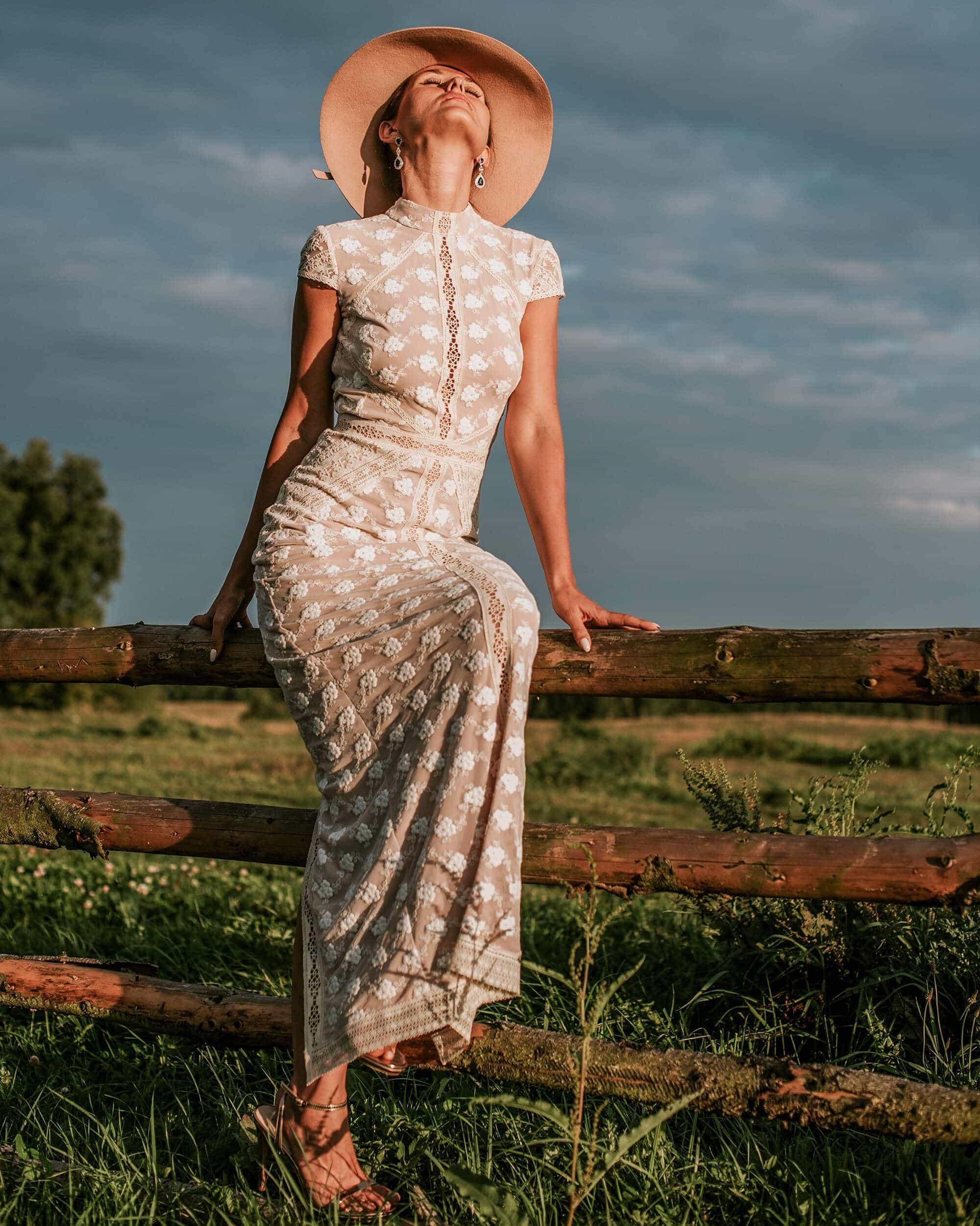 Dopasowana suknia ślubna ze stójką kolekcja Barcelona