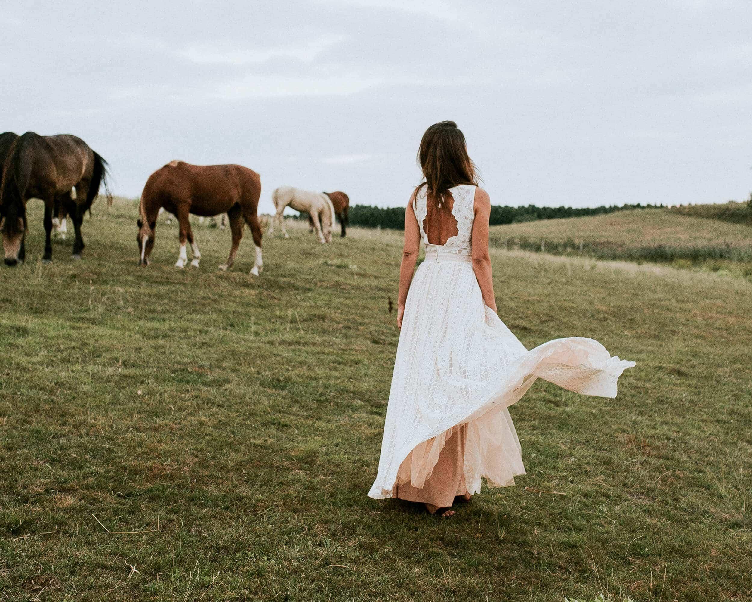 Piękna suknia ślubna: szerokie ramiączka dla sylwetki klepsydry - Barcelona 2