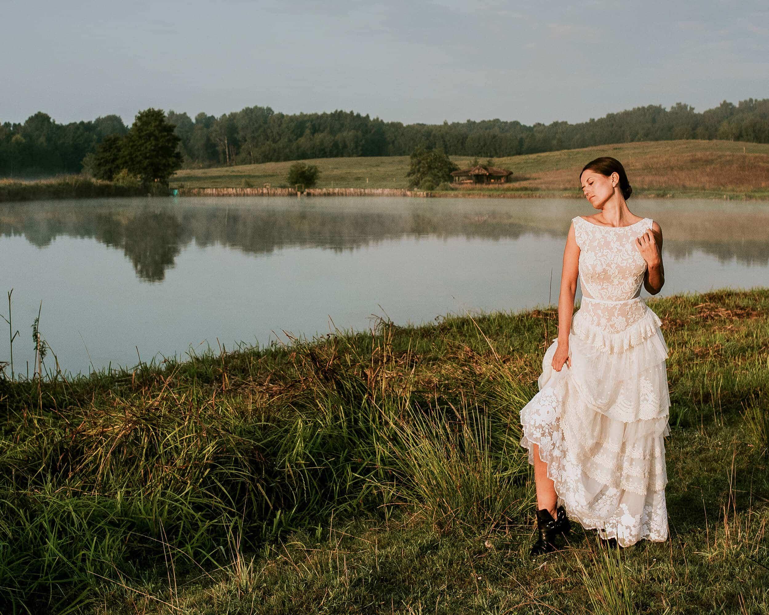 Modna i jednocześnie oryginalna suknia ślubna z piętrową spódnicą - Barcelona 6
