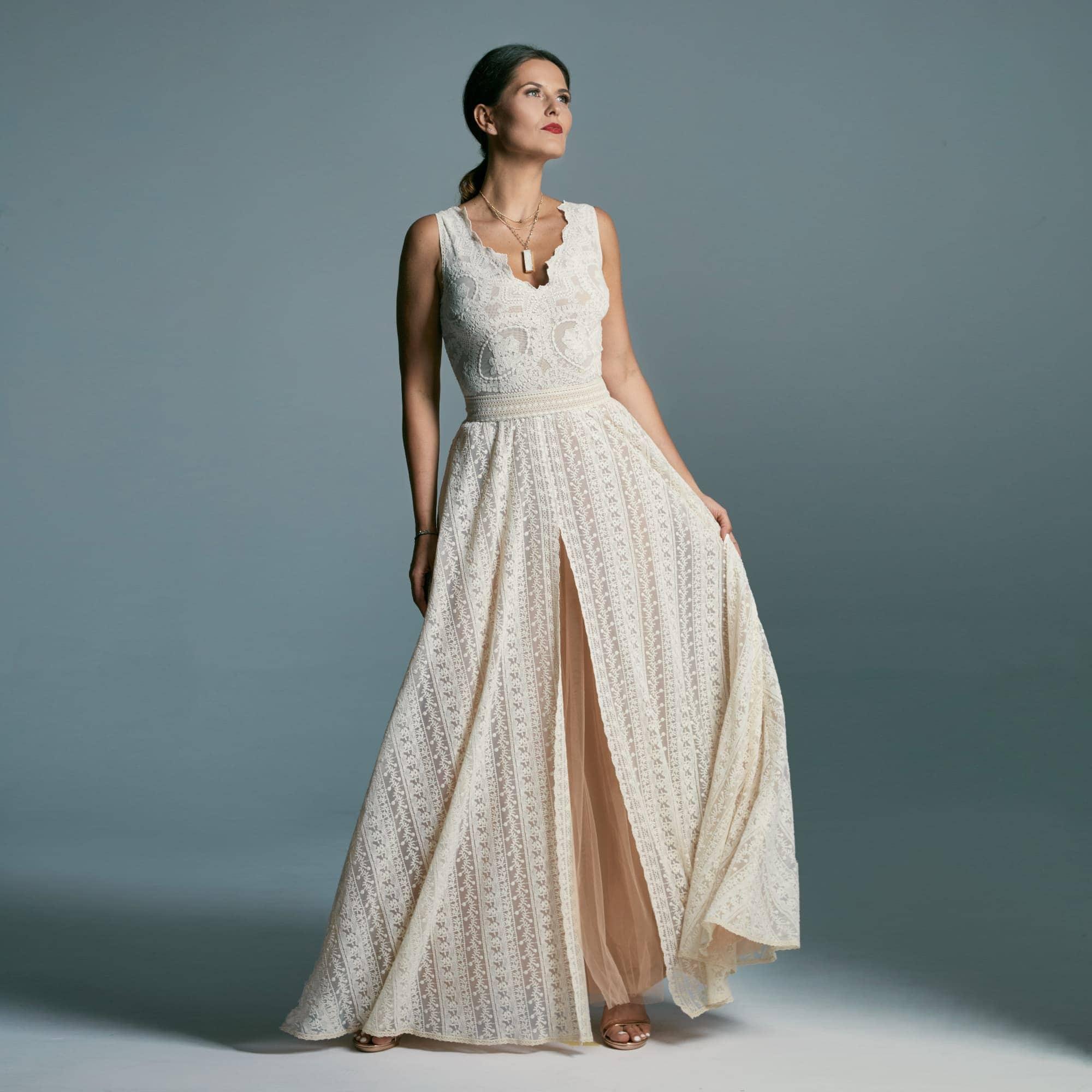 Suknia ślubna klepsydra na szerokich ramiączkach