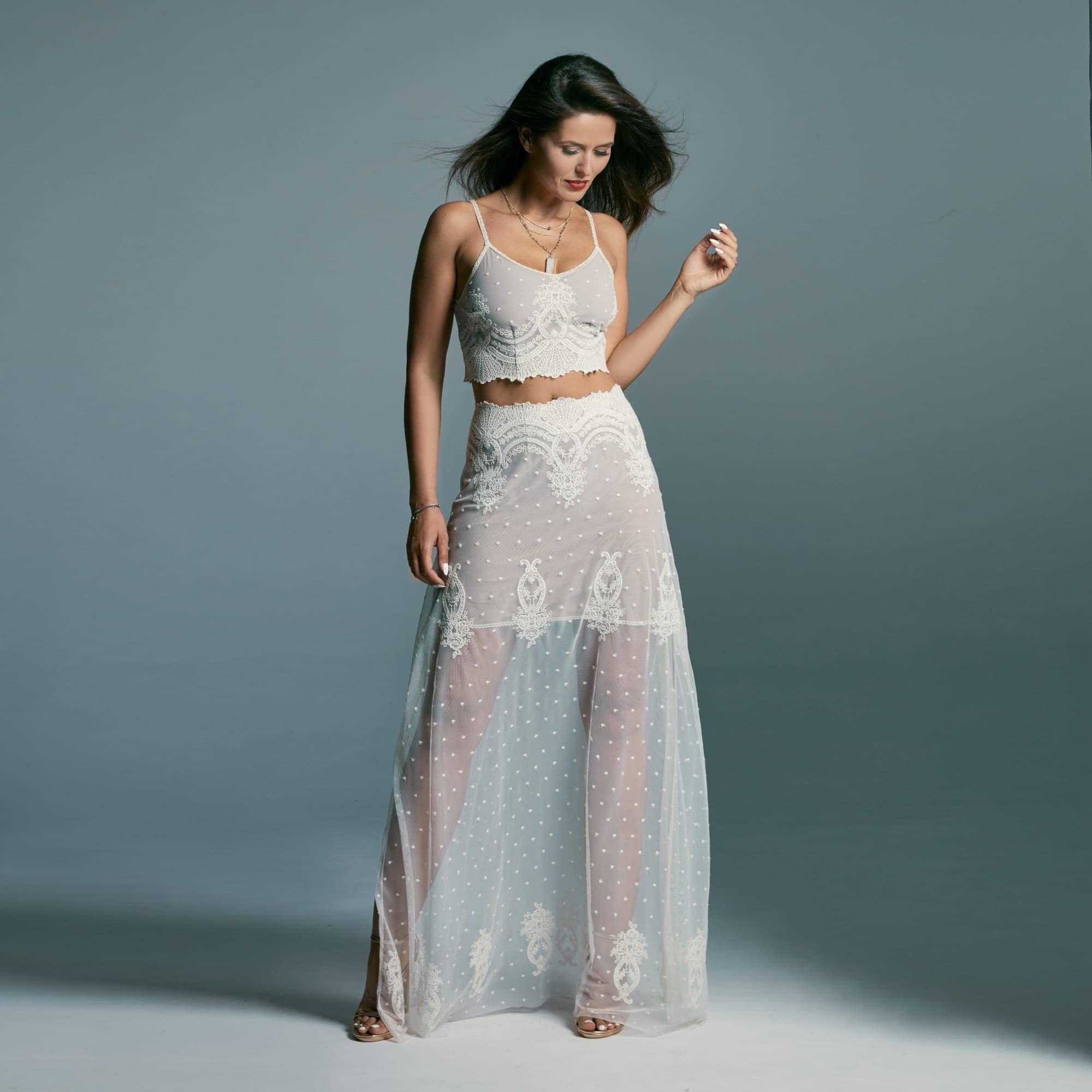 Dwuczęściowa suknia ślubna w kolorze beżowym