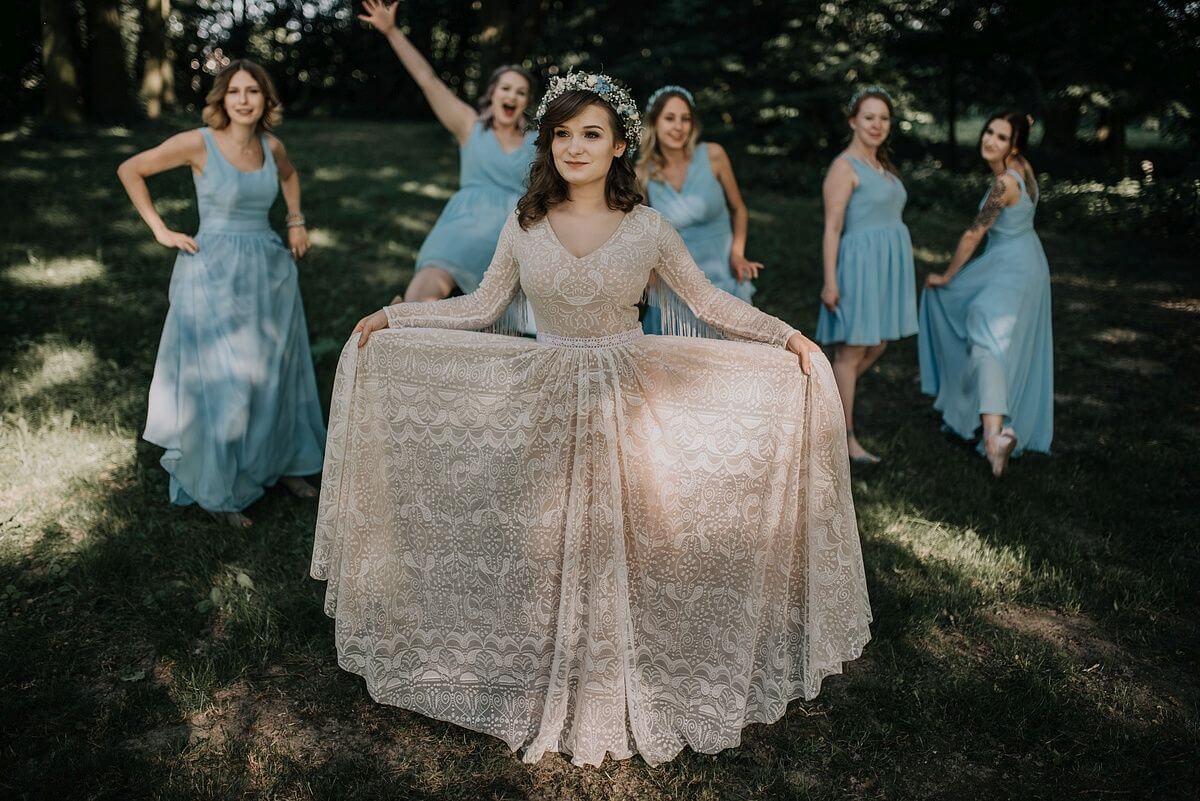 suknia-slubna-boho-Ania-gra i jej suknia ślubna w wiejskiej scenerii-p19 (1)
