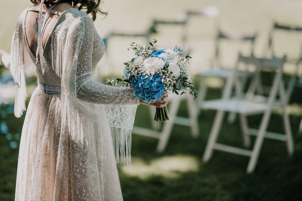 suknia-slubna-boho-Ania-gra i jej suknia ślubna w wiejskiej scenerii-p19 (5)