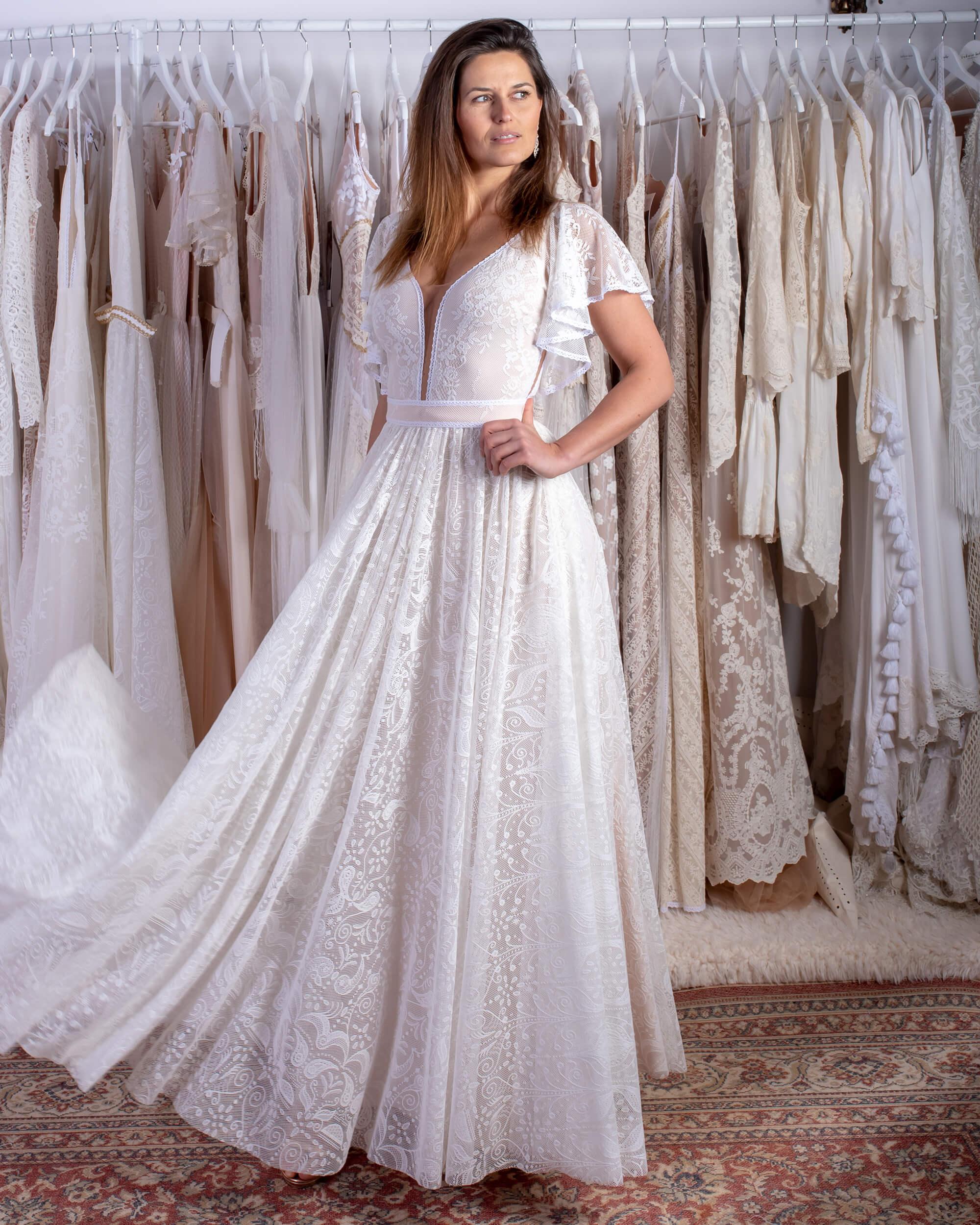 biała klasyczna suknia ślubna z rękawkami