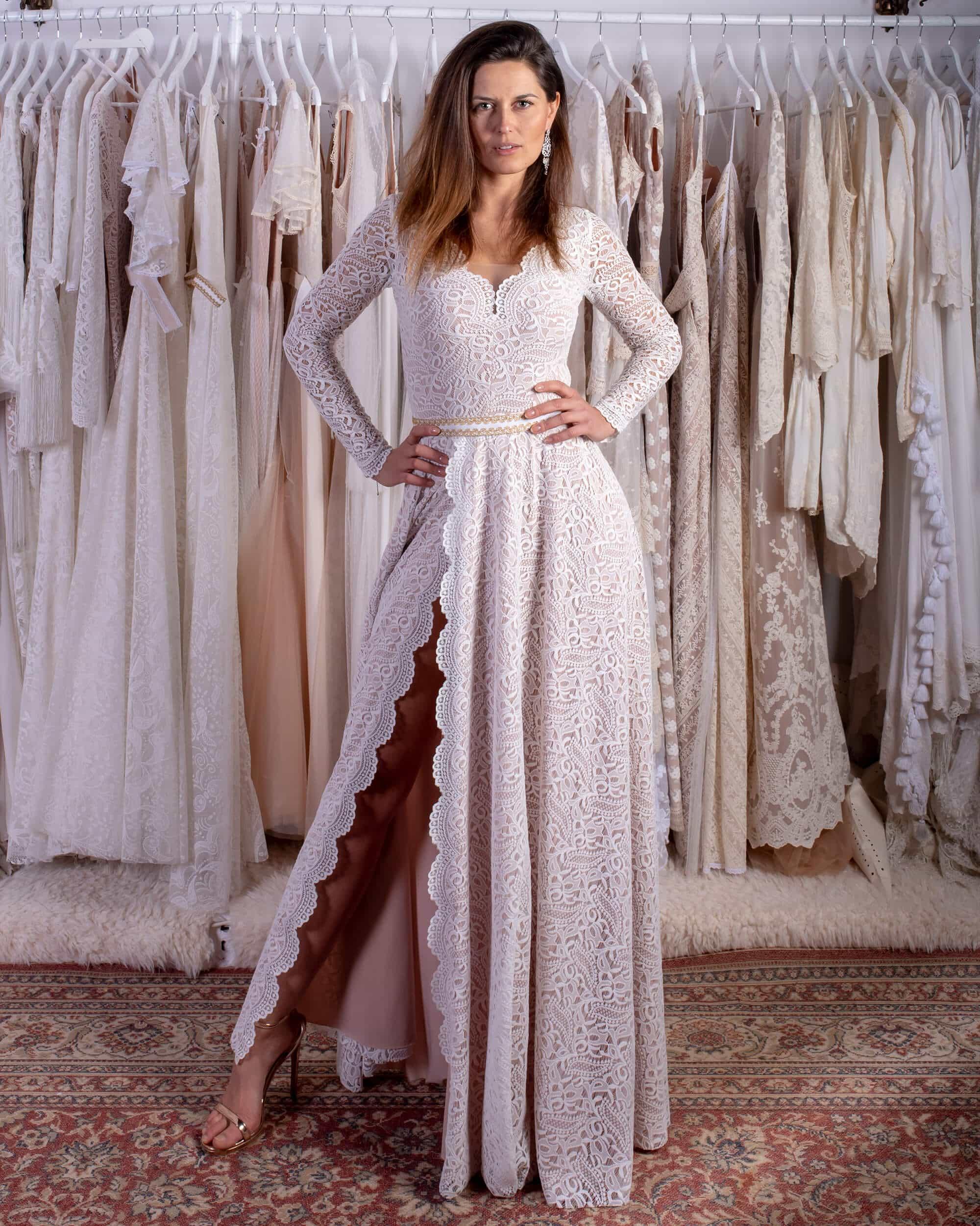 prosta suknia ślubna z rozcięciem