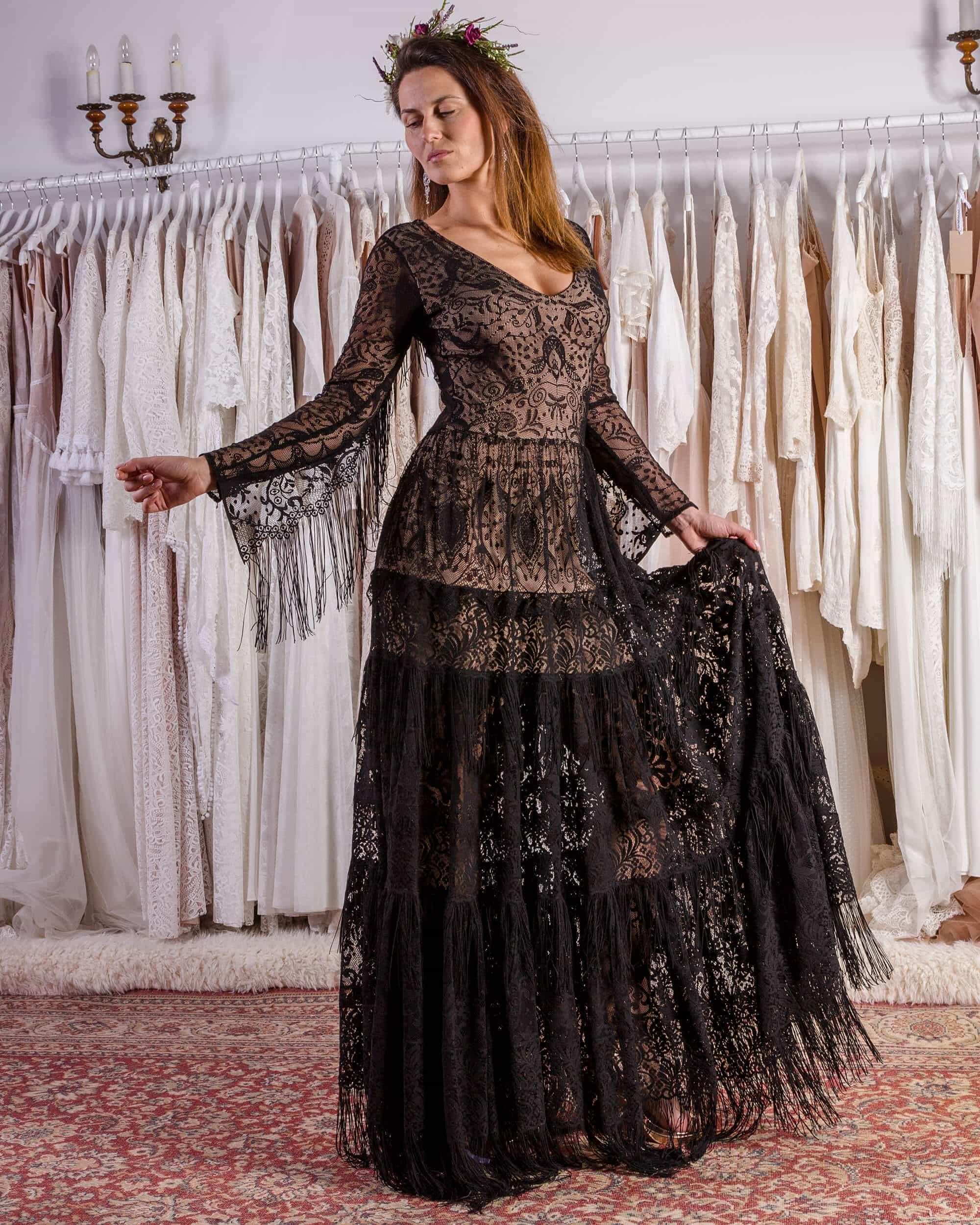 Czarna sukienka ślubna na ceremonię plenerową