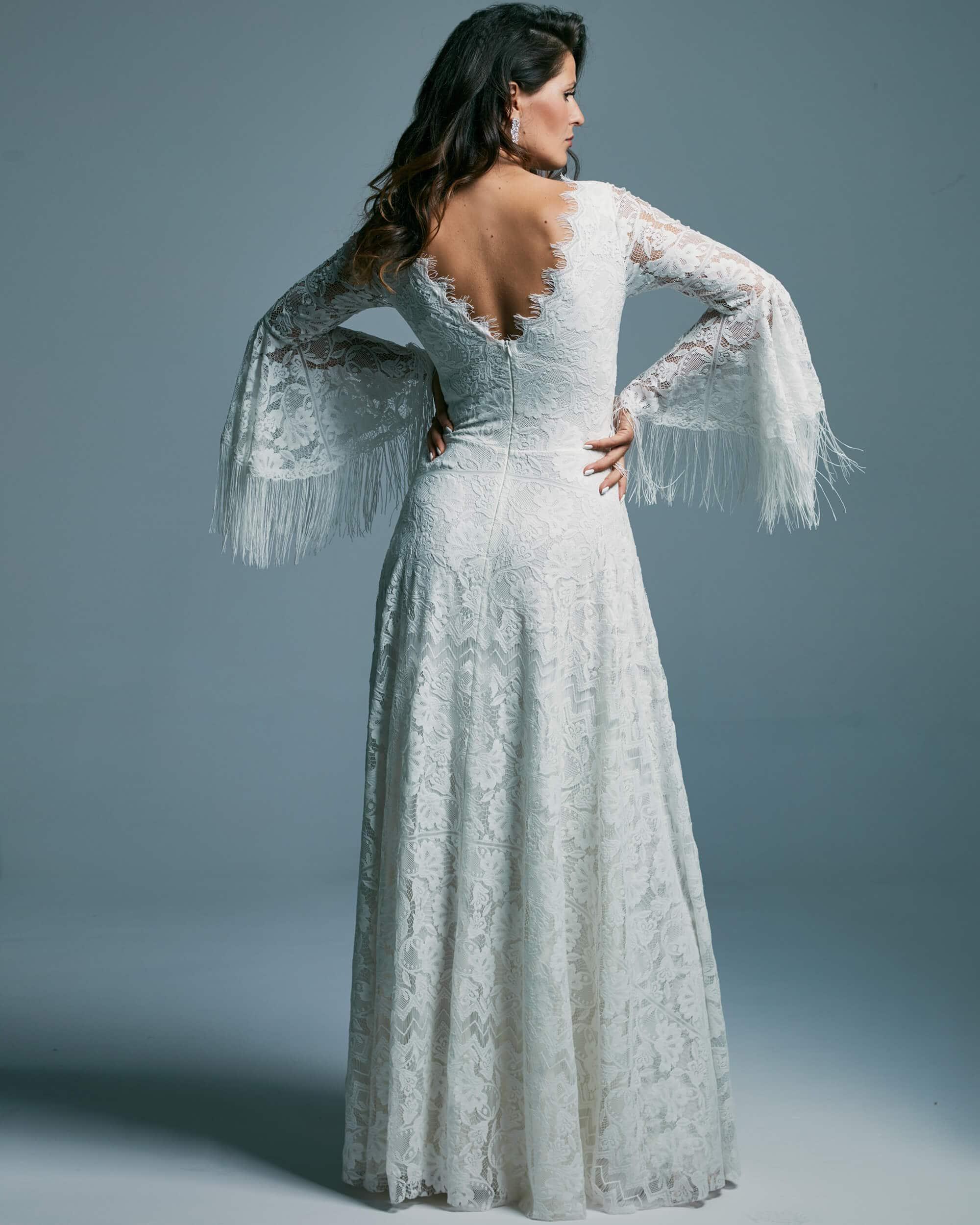 Biała suknia ślubna z frędzlami ze wzorzystej koronki bez dekoltu - Porto 51