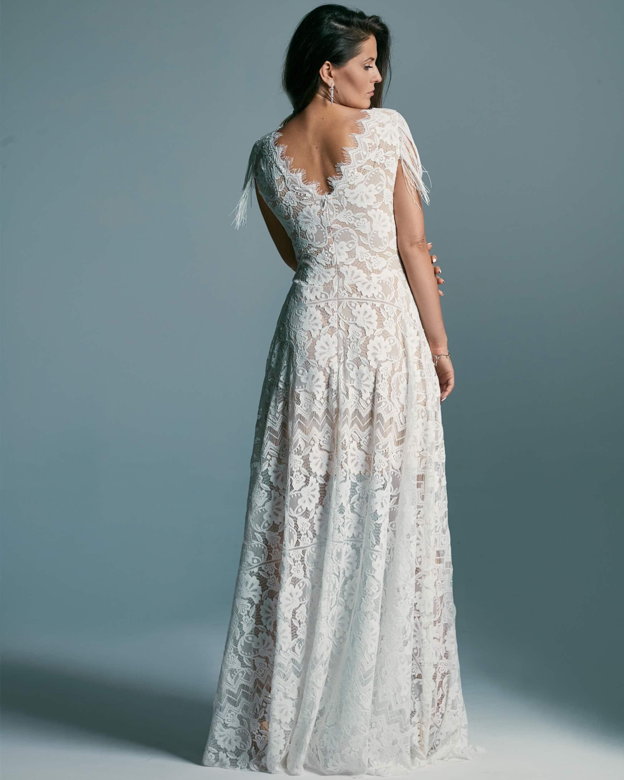 Piękna i nieoczywista suknia ślubna z zabudowanym dekoltem. - Porto 53