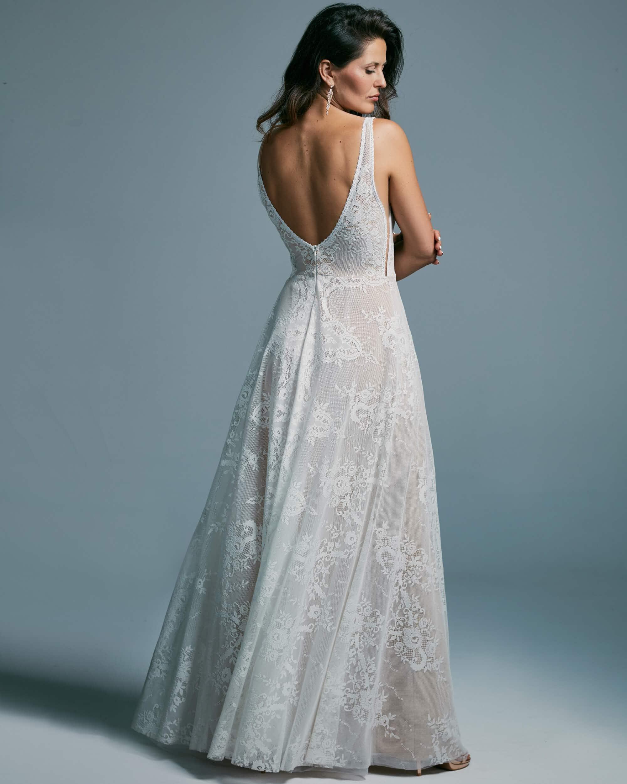 Suknia ślubna dla odważnych pań, wydłużająca sylwetkę - Porto 48