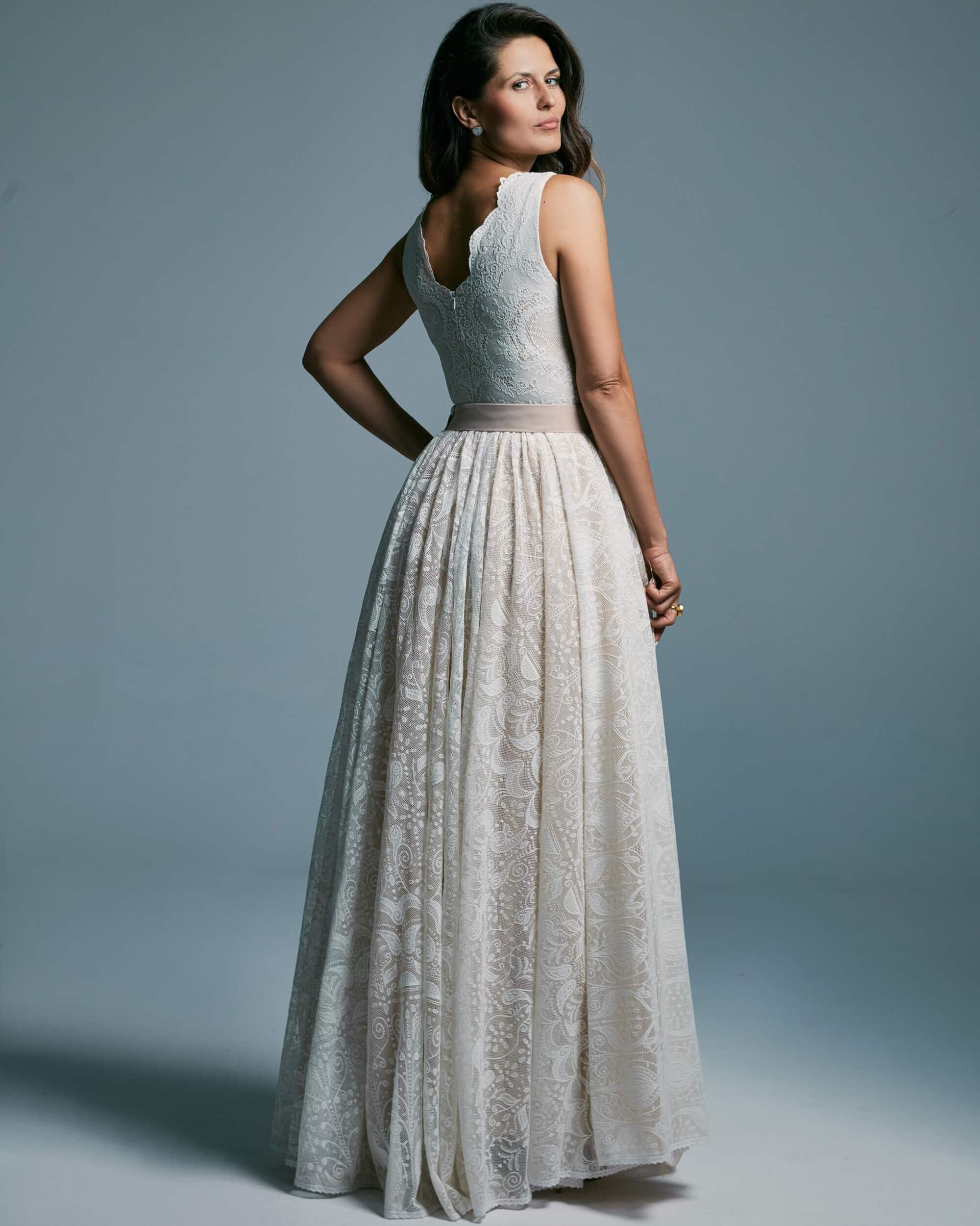 Suknia ślubna o niezwykle modnym od lat kroju - Porto 45