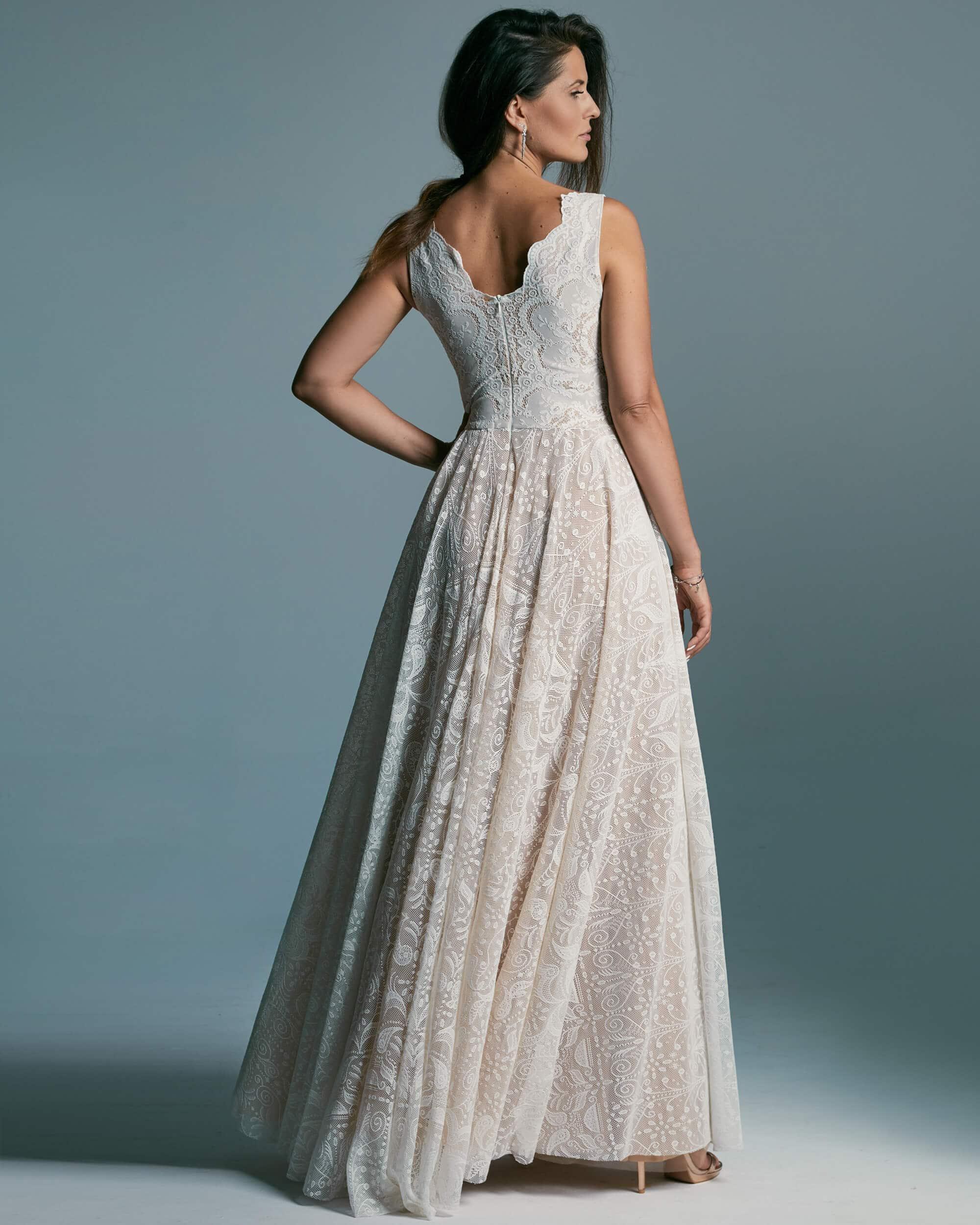 Suknia ślubna o stonowanym kroju, dla kobiet z szerokimi ramionami - Porto 52
