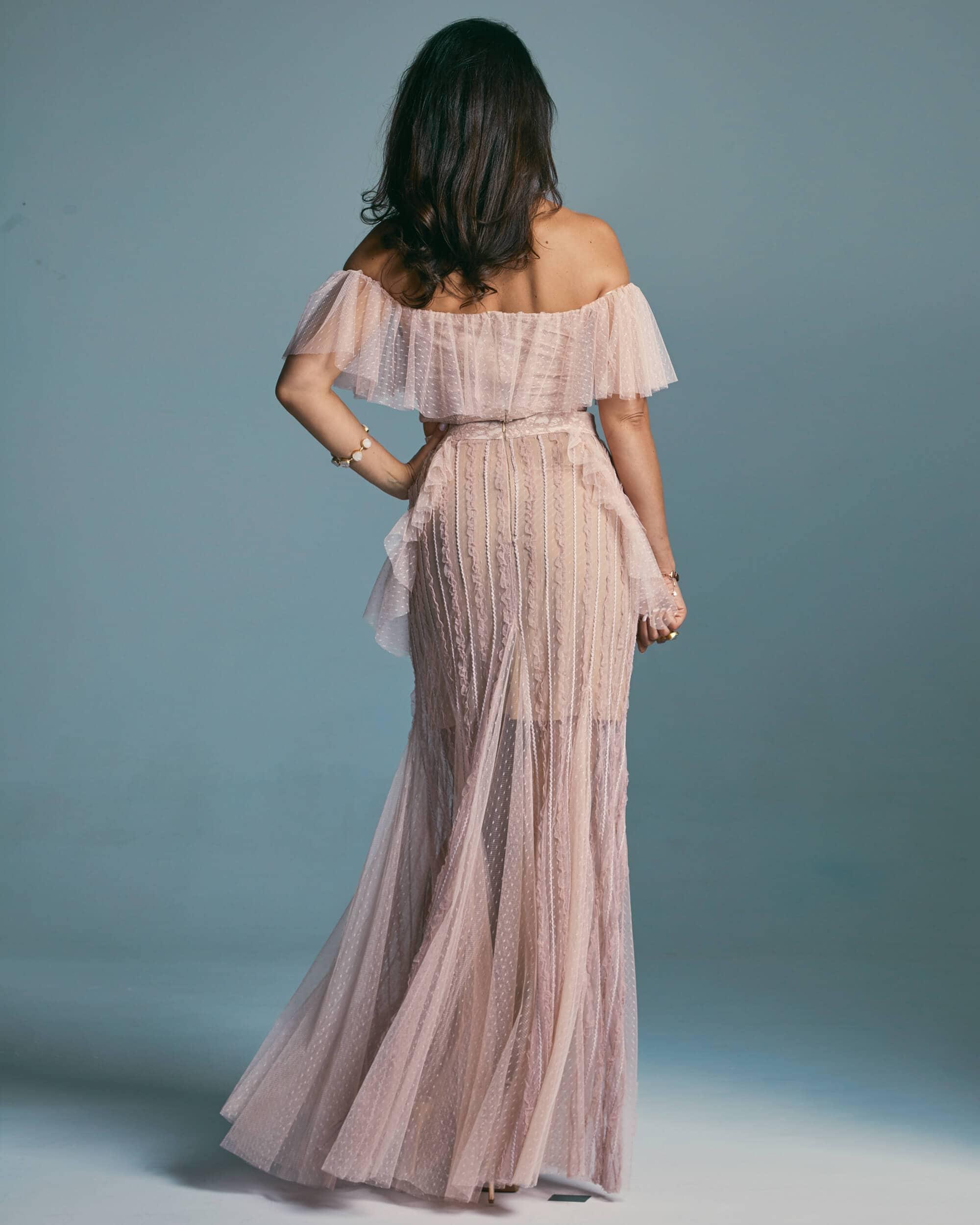 Suknia ślubna wydłużająca nogi ze zdobionym zakończeniem dekoltu - Venezia 6