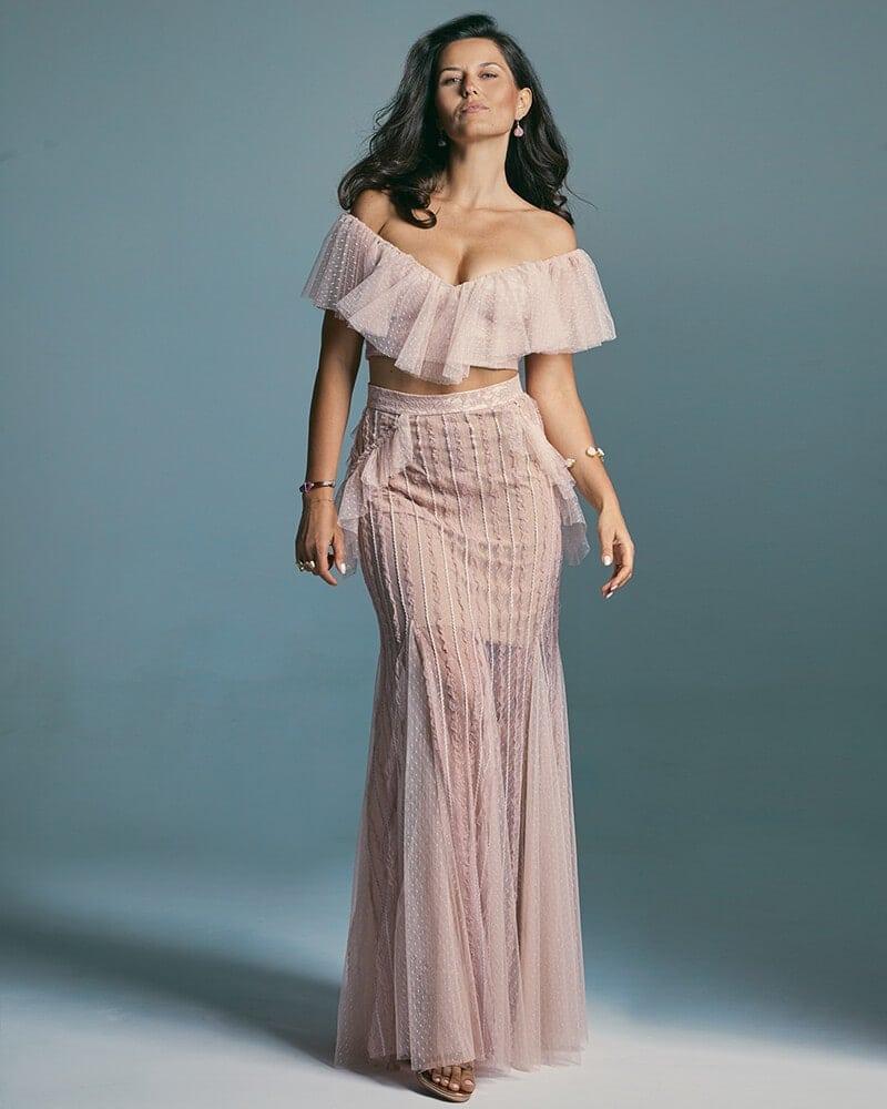 Suknia ślubna wydłużająca nogi ze zdobionym zakończeniem dekoltu Venezia 6 header Venezia wedding dresses collection