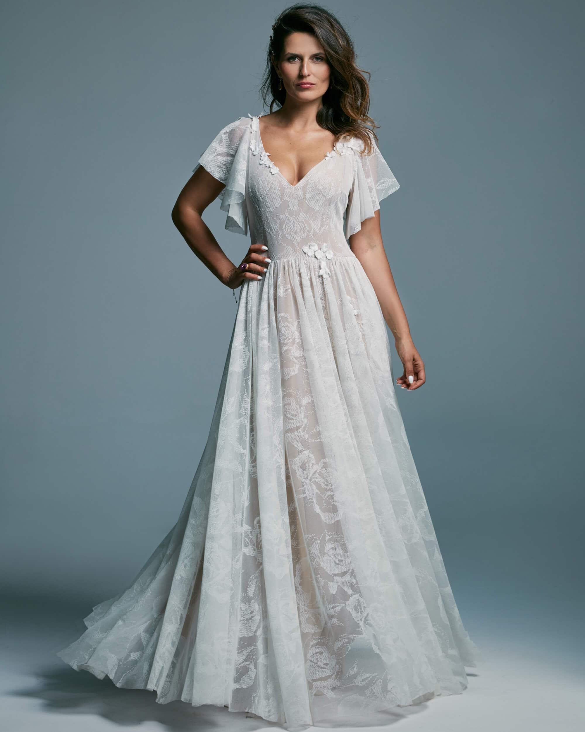 Suknia ślubna z falbanką - rękawkami motylkami z koronki w róże - Porto 50