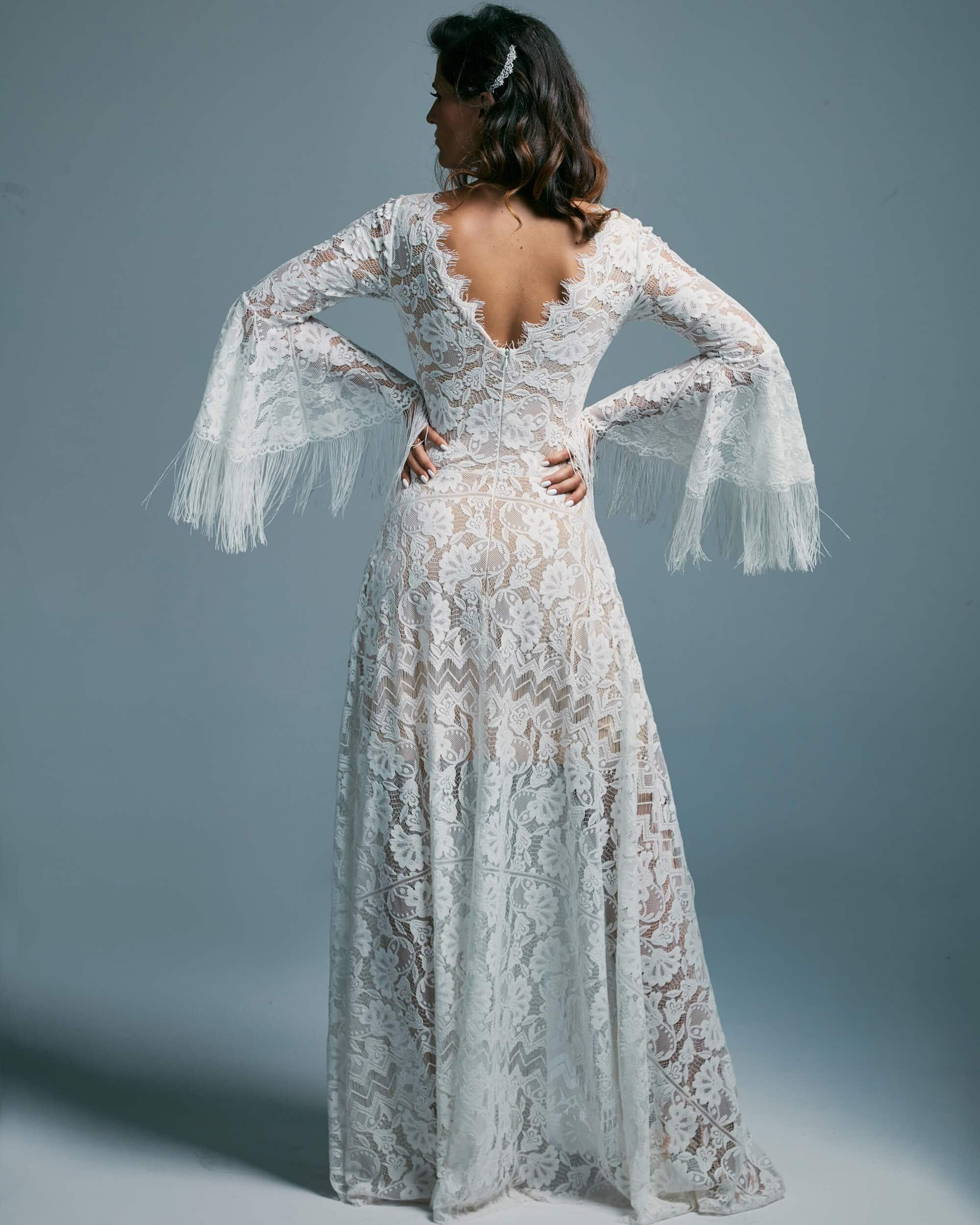 Zabudowana suknia ślubna z dekoltem V pięknie zdobionym - Porto 44