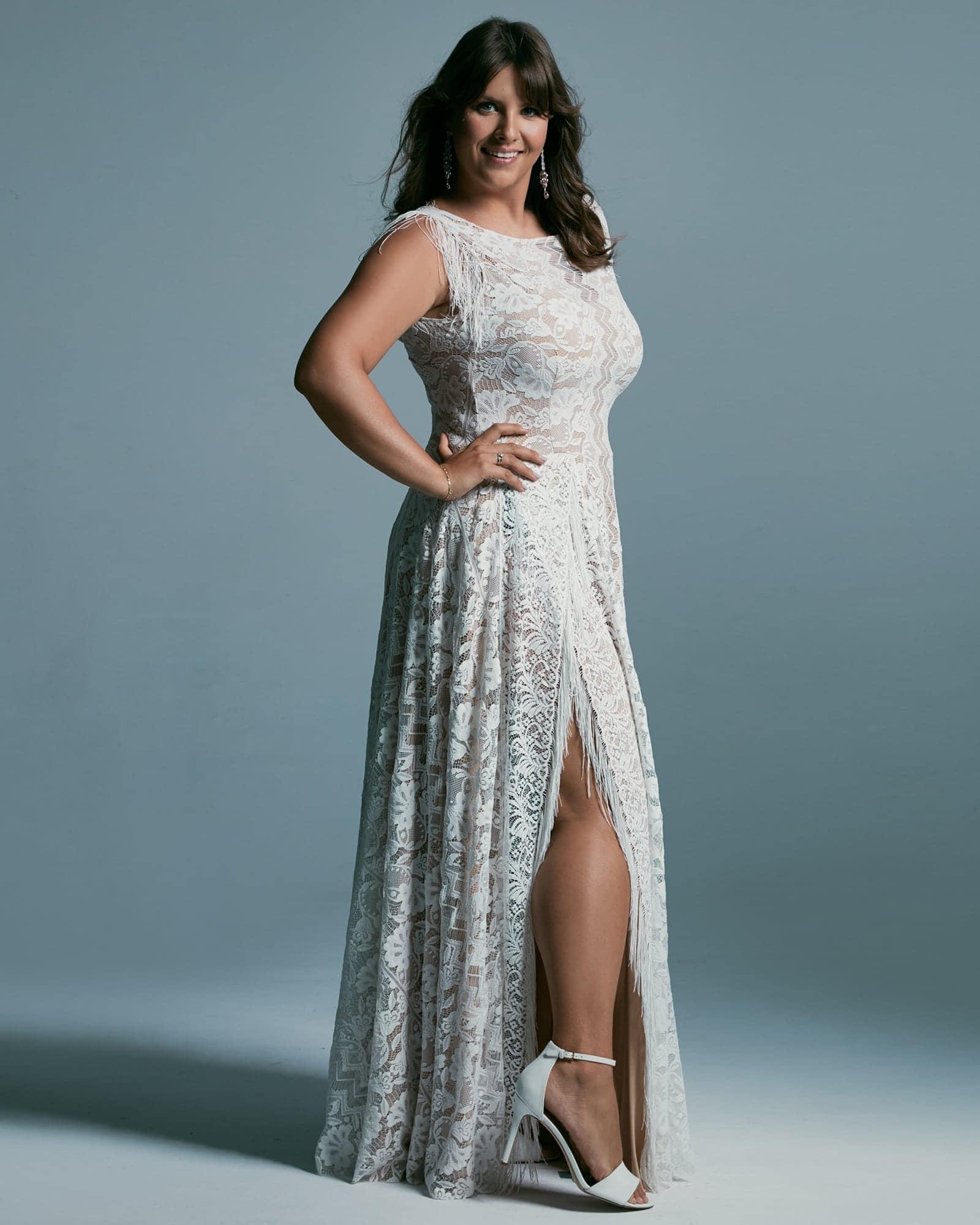Suknia ślubna plus size z dekoltem zabudowanym