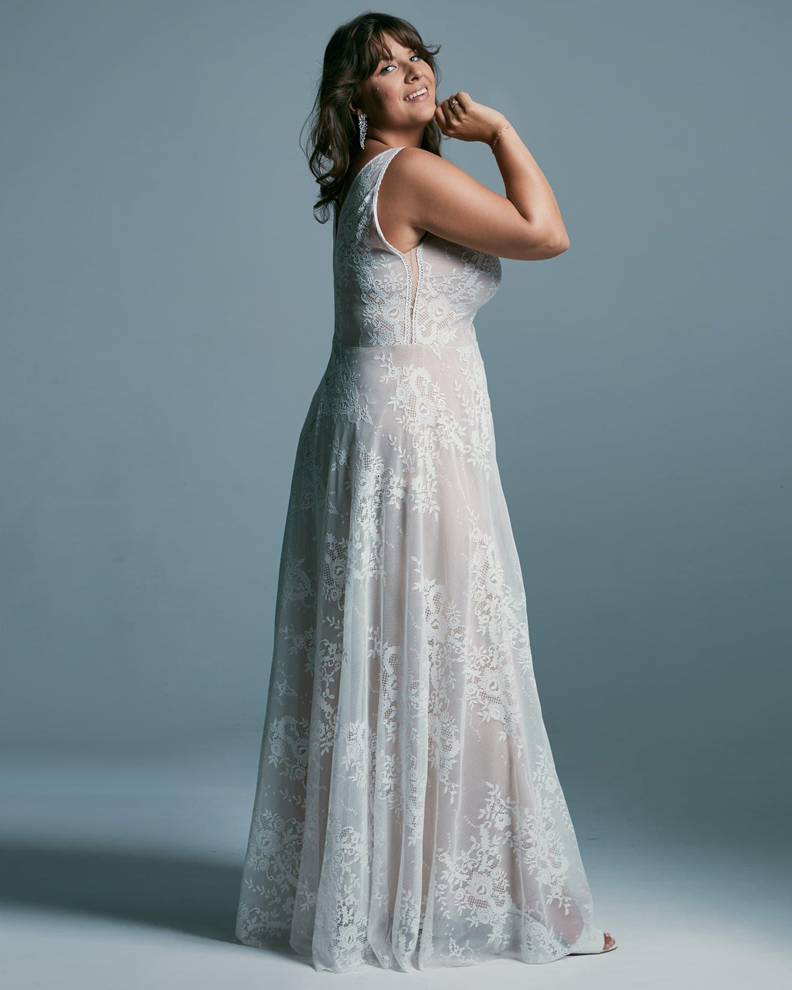 Wydłużająca sylwetkę suknia ślubna plus size