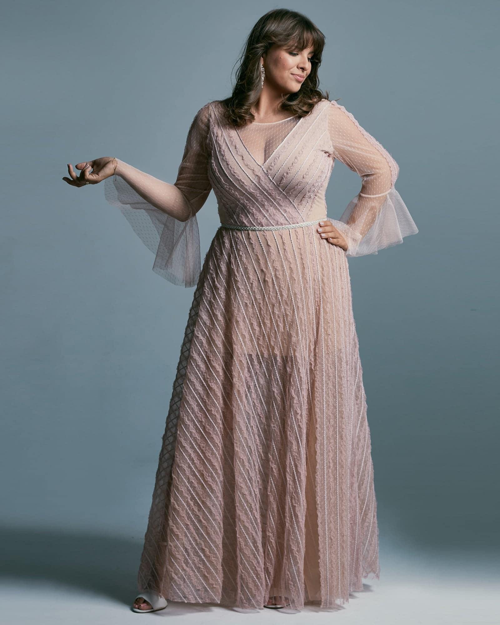 Suknia ślubna plus size w różu wpadającym w kolor wrzosowy