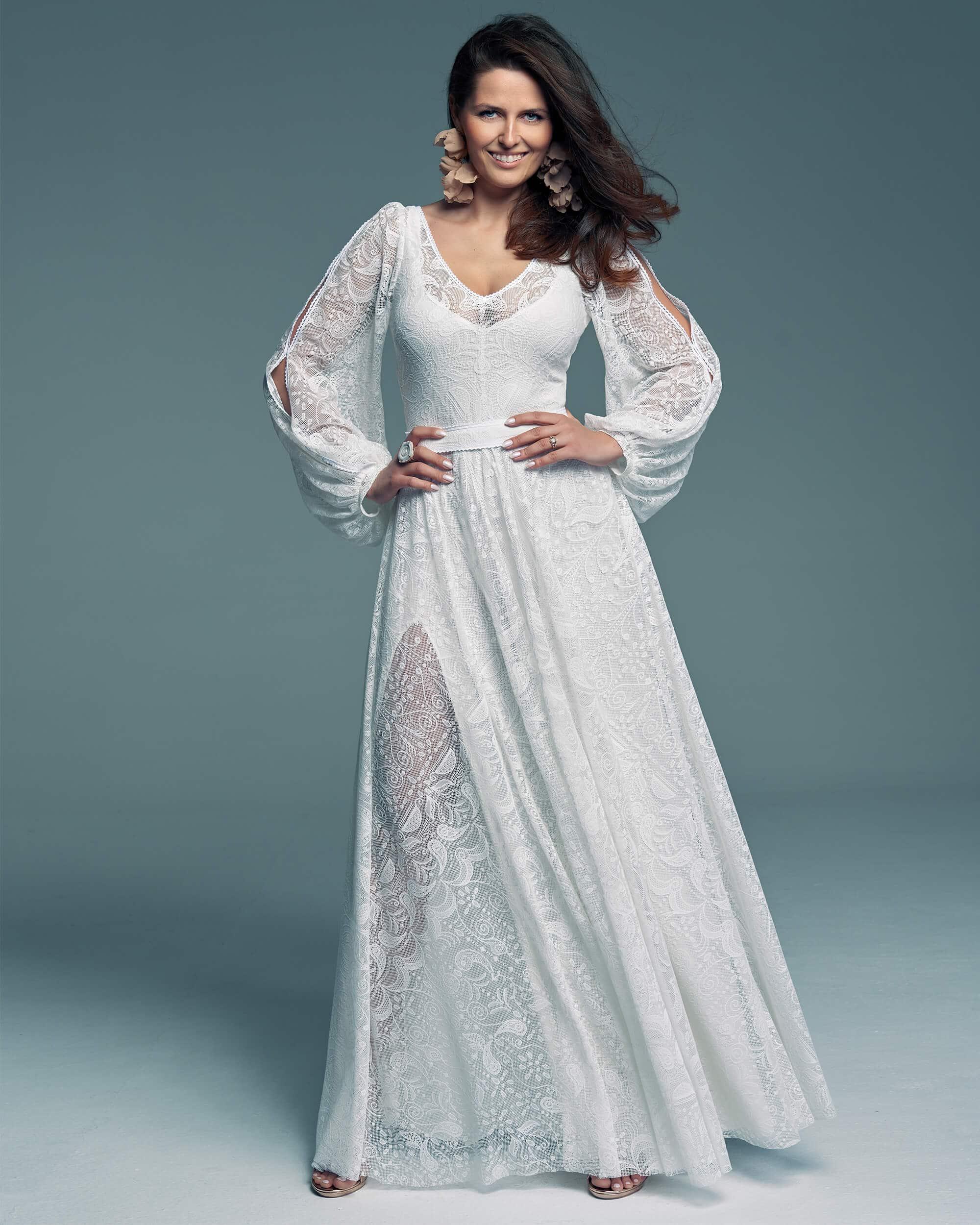 Suknia śłuBiała suknia ślubna w klasycznym kolorze o modnym kroju