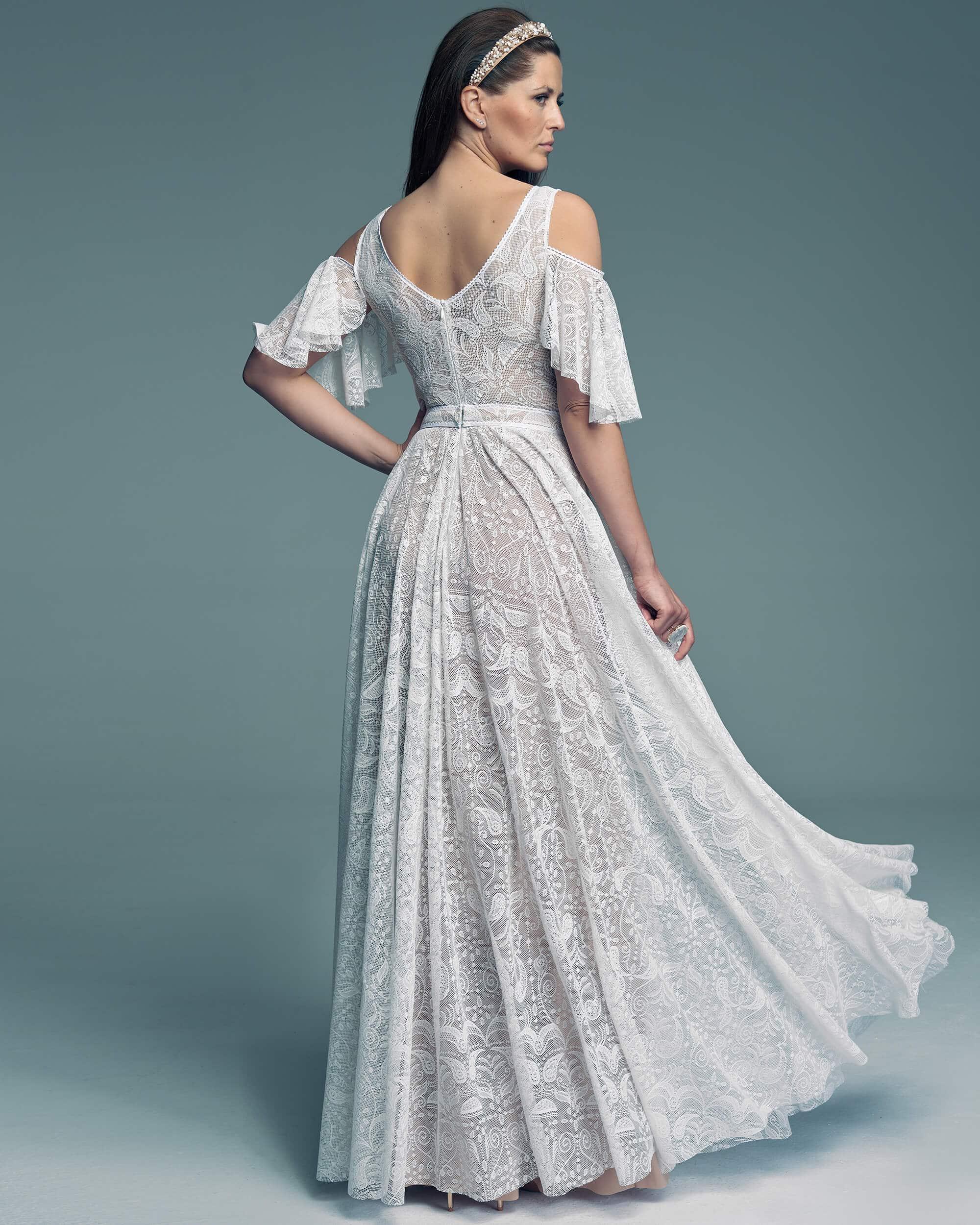 Suknia śłubna z pięknym hiszpańskim rękawem