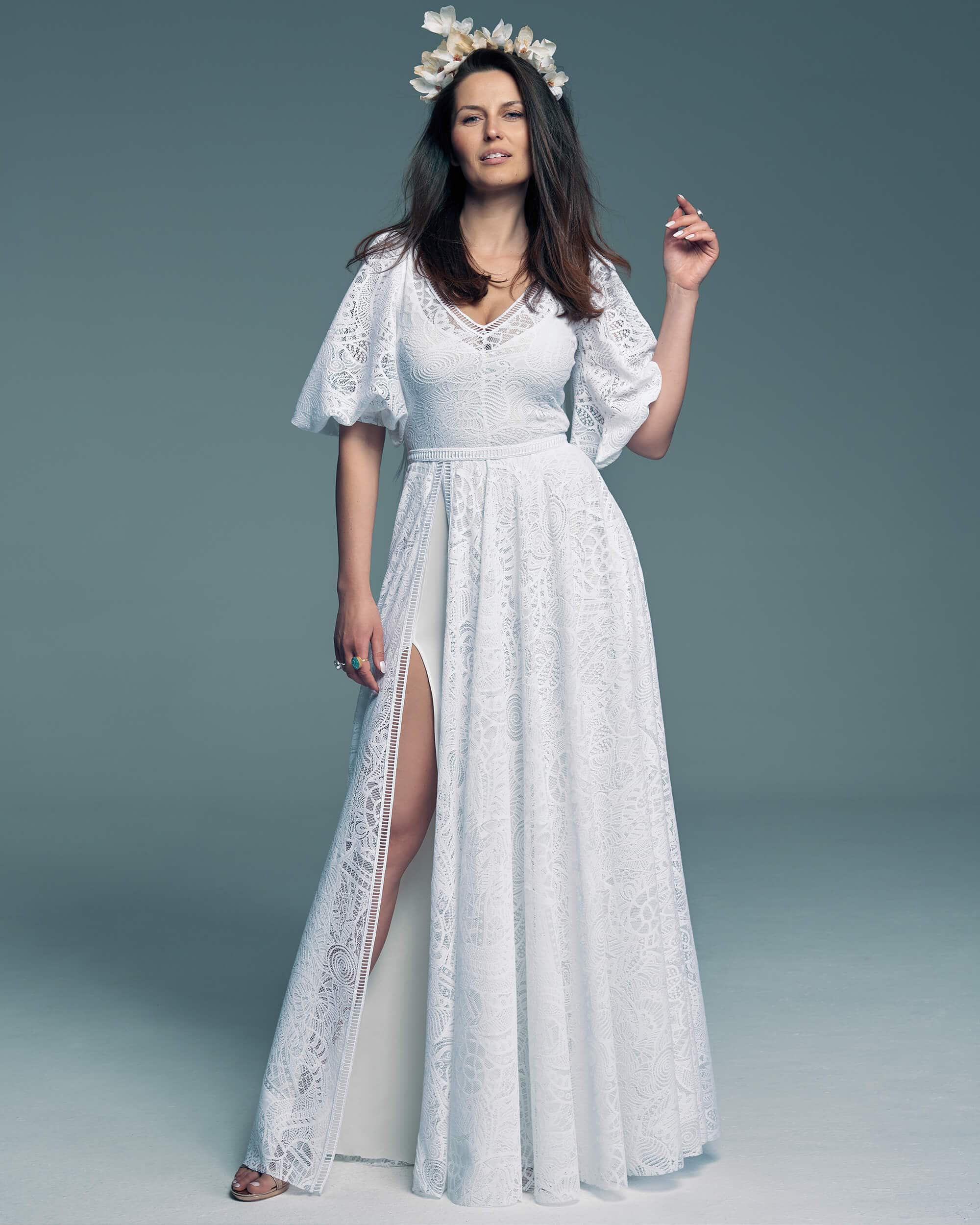 Suknia ślubna z rozporkiem na nodze